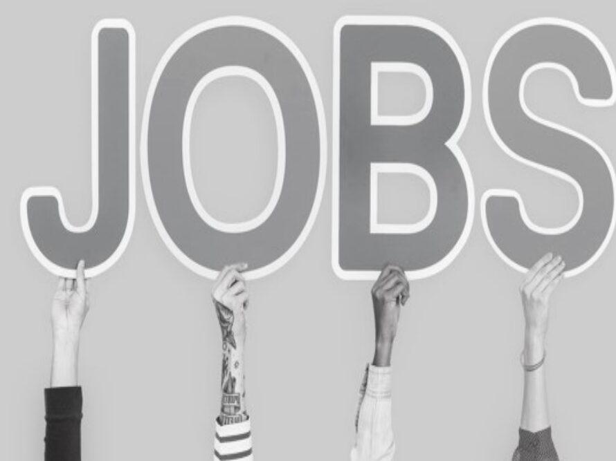 """des mains tendues tiennent des lettres qui forment le mot """"jobs"""""""